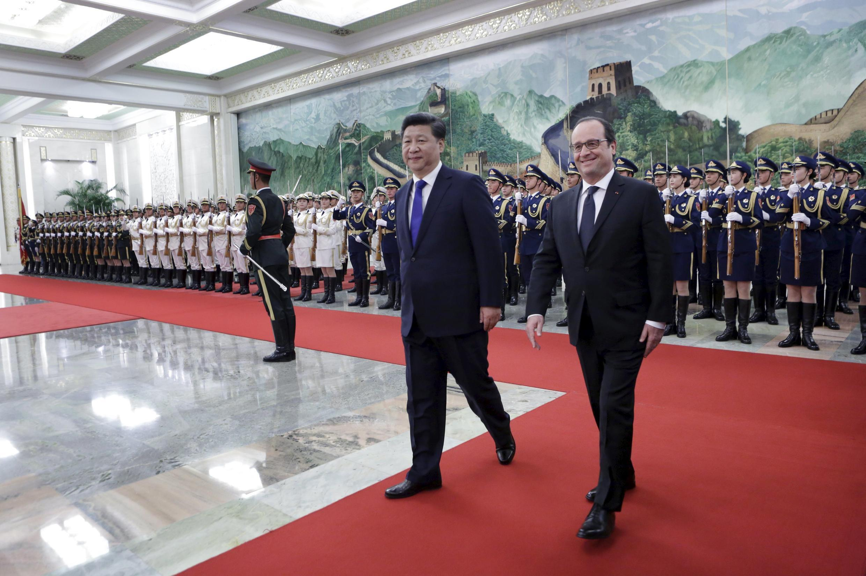 Le président chinois, Xi Jinping (g.) reçoit le chef d'Etat français, François Hollande (d.) pour une visite officielle de deux jours.