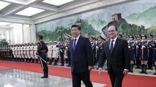 Chinese president Xi Jinping (C) and French president Francois Hollande (R) in Beijing, 2 November 2015.