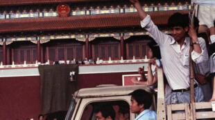 89年天安门广场示威的学生和市民  1989 5.23.