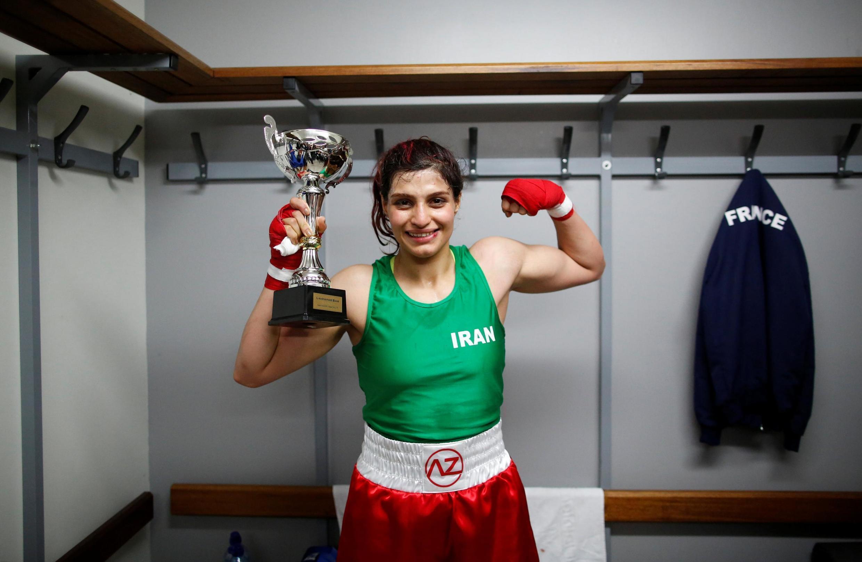 Sadaf Khadem posa no vestiário após vencer a luta contra a boxeadora francesa Anne Chauvin, em um combate oficial de boxe em Royan, França, em 13 de abril de 2019.