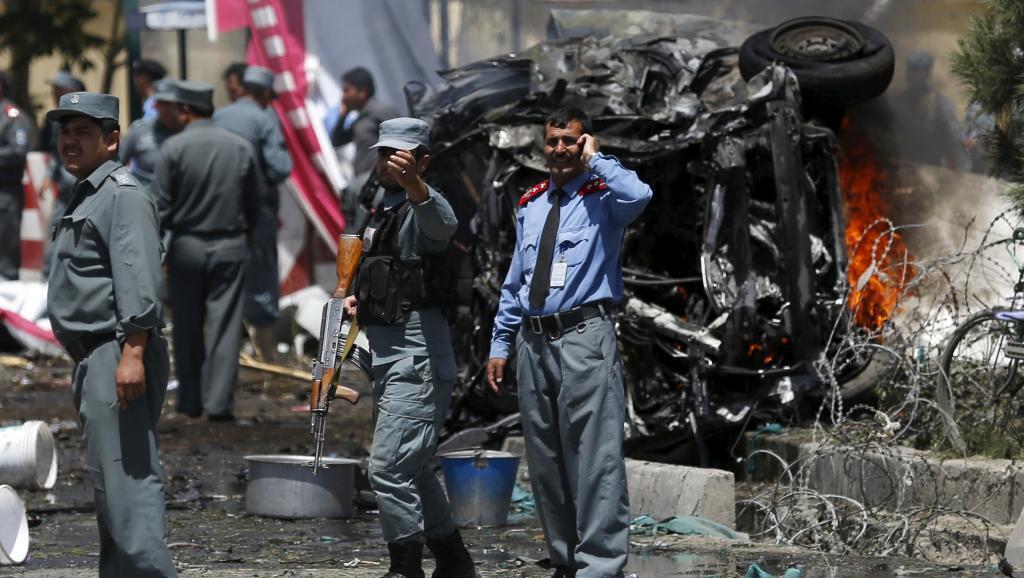 Askari wa polisi wa Afghanistan kwenye eneo la shambulio lililowaua watu wengi karibu na uwanja wa ndege wa Kabul, Agosti 10 mwaka 2015.
