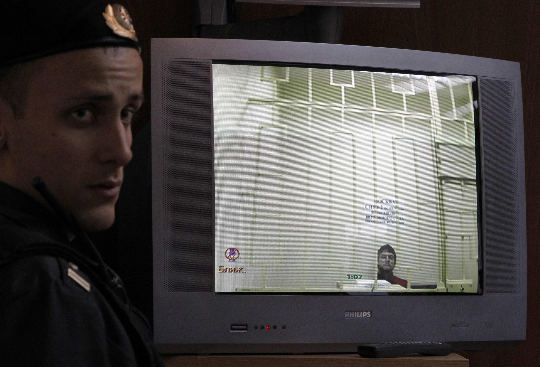 Леонид Развозжаев на мониторе во время трансляции слушания в московском суде 07/11/2012