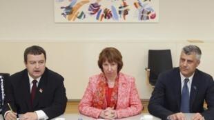 Кэтрин Эштон с премьер-министрами Сербии (Л) и Косово, Ивицей Дачичем и Хашимом Тачи в Брюсселе 19/04/2013