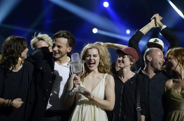 Nữ ca sĩ trẻ tuổi Đan Mạch Emmelie de Forest (giữa) vui mừng với chiến thắng đạt được trong cuộc thi âm nhạc Eurovision.