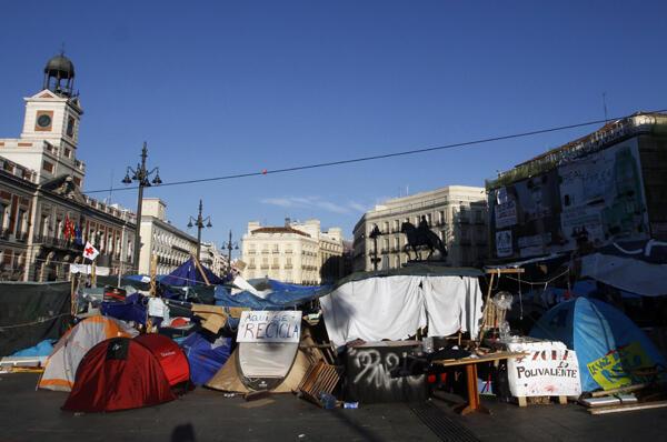 Numerosos 'indignados españoles acampan en la Puerta del Sol de Madrid.