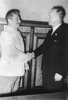 Сталин и Риббентроп в Кремле в 1939 году во время подписания пакта Молотов-Риббентроп.