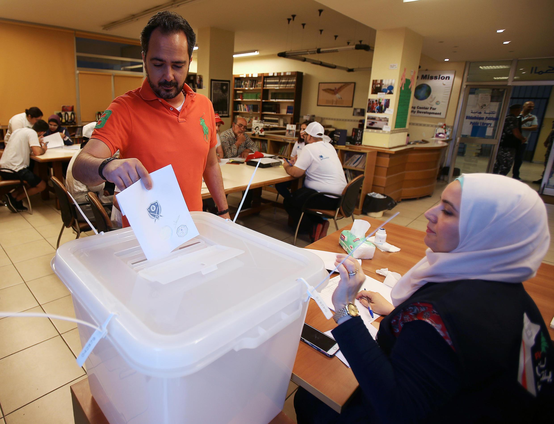 Um eleitor vota na cidade de Sidon, no Líbano, em 6 de maio de 2018