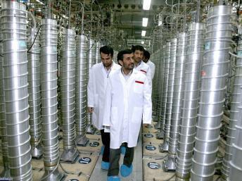 Rais wa Iran Mahmoud Ahmadinejad akikagua kinu kimoja wapo cha nyuklia kinachomikiliwa na taifa hilo