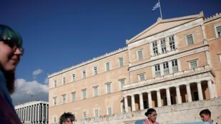Des défenseurs des droits des personnes transgenres manifestent devant le parlement grec le 9 octobre 2017.