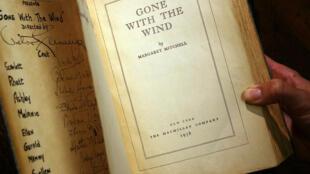 Une copie du livre Autant en emporte le vent, signée par les producteurs et les acteurs du célèbre film qui en a été adapté.