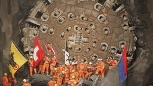 Công nhân hân hoang mừng thành công sau khi máy khoan 'Sissi' (phiá sau)phá vách đá cuối cùng và nối hai đoạn đường hầm, ngày 15/10/2010