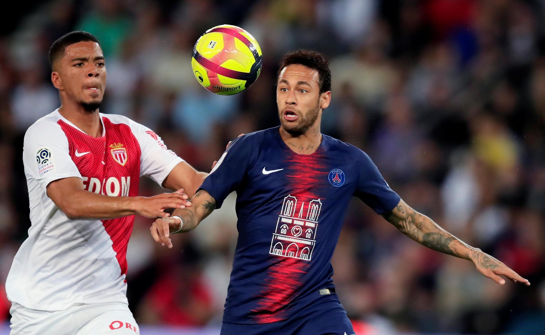 Neymar disputa a bola com o zagueiro do Mônaco em sua volta aos gramados de pois de quase três meses.