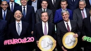 O euro faz 20 anos hoje. Em primeiro plano: Pierre Moscovici, Comissário Europeu para Assuntos Económicos; Mario Draghi, presidente do BCE; Mário Centeno, presidente do Eurogrupo.