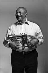 Le trompettiste sud-africain Hugh Masekela sera le 28 juillet au Festival de Martigues.