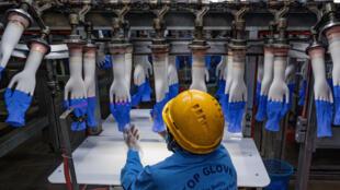 Las condiciones de vida de los empleados de la empresa malasia Top Glove, el mayor fabricante de guantes de protección del mundo, estuvieron en el ojo del huracán después de que se produjera un brote de coronavirus en las fábricas del grupo