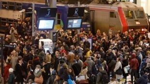 Cảnh tượng chờ tàu tại nhà ga xe lửa Gare de Lyon, Paris, trong ngày đình công chống dự án cải cách hưu bổng của chính phủ Pháp, ngày 12/12/2019.