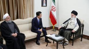 Hasan Rohani y Shinzo Abe se juntan con el ayatolá Jameini en Teherán, Irán, este 13 de junio de 2019.
