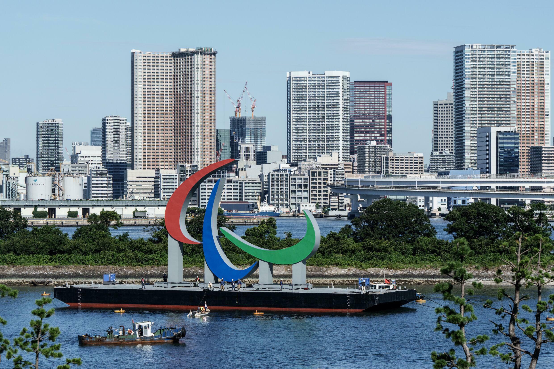 Le logo des Jeux Paralympiques de Tokyo 2020 est installé, le 20 août 2021 dans le Parc Marin d'Odaiba à Tokyo