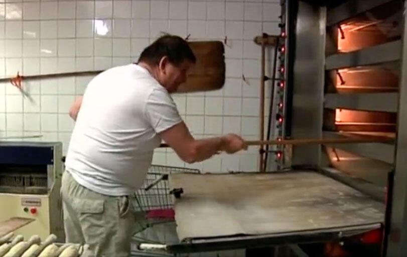 Francis Duma trabalha desde os 14 anos, mas por motivos financeiros deixou a aposentadoria e recomeçou a trabalhar.