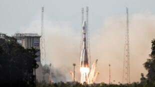 A sonda Soyuz durante o lançamento dos dois primeiros satélites Galileo, na Guiana Francesa