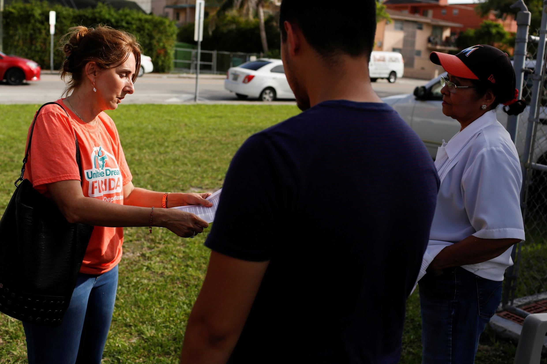 Các hiệp hội bảo vệ quyền của người di cư phân phát truyền đơn về chiến dịch trục xuất ngày 14/07/2019. Ảnh chụp tại Miami (Florida, Hoa Kỳ) ngày 13/07/2019.