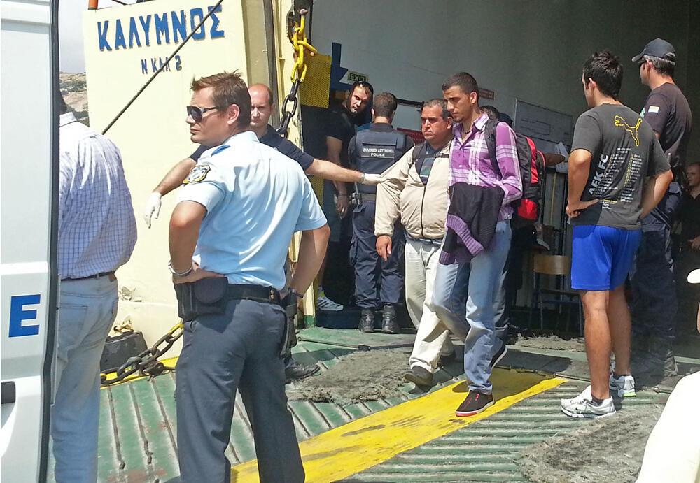 Des migrants recueillis sur l'îlot d'Agathonissi sont transférés sur l'île de Samos.