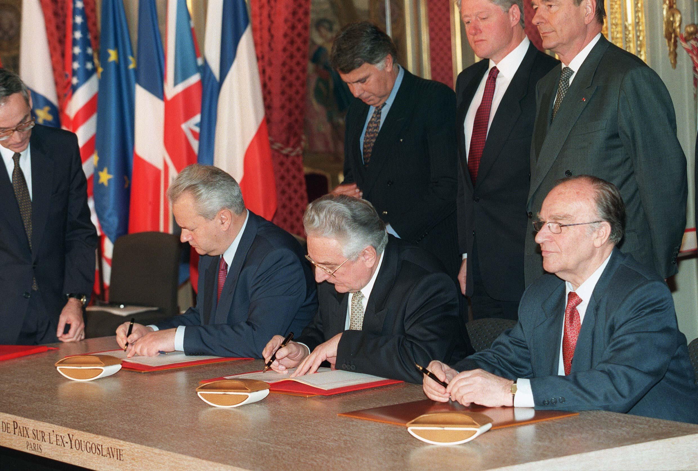 Accord de paix de Dayton sur la Bosnie le 14 décembre 1995 à Paris.