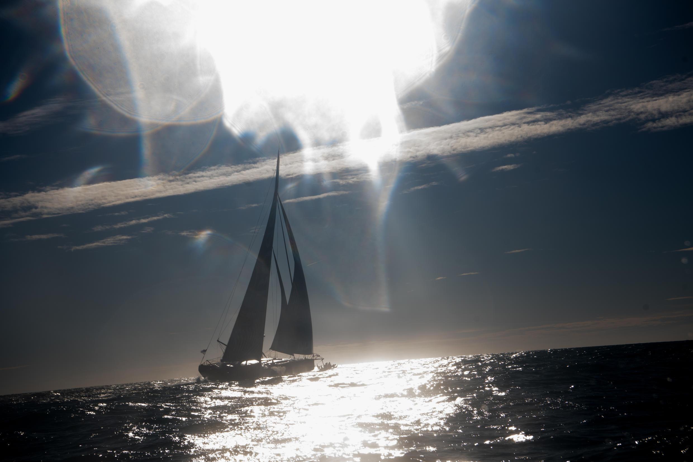 """Le voilier """"Hugo Boss"""" skippé par le Britannique Alex Thomson au départ du Vendée Globe au large des Sables-d'Olonne, le 8 novembre 2020"""
