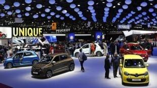 Visitantes no Salão do Automóvel de Paris 2014.