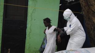 Em Monrovia, capital da Libéria, uma mulher suspeita de estar contaminada pelo vírus Ebola é levada para o hospital.