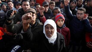 Des manifestants scandent des slogans hostiles au régime en place après la mort de mineurs dans une exploitation clandestine à Jerada (Maroc).
