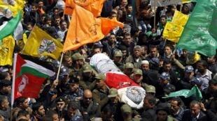 Des milliers d'habitants se pressaient ce jeudi 4 avril à Hébron pour accompagner le cortège funèbre, beaucoup arborant le drapeau jaune du parti Fatah (nationaliste) ou le vert du Hamas (islamiste).