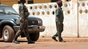 Bissau, perante o Clube militar onde os golpistas se têm reunido com partidos da oposição
