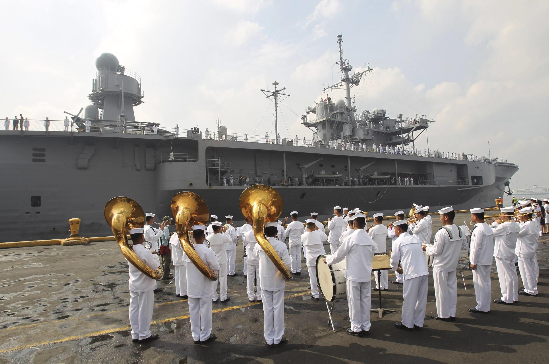Hải quân Philippines chào đón soái hạm USS Blue Ridge ghé cảng Manila ngày 23/03/2012.