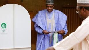 尼日利亞現總統謀求連任   總統選舉時在北部道拉(Daura)鎮投下一票       2019年2月23日