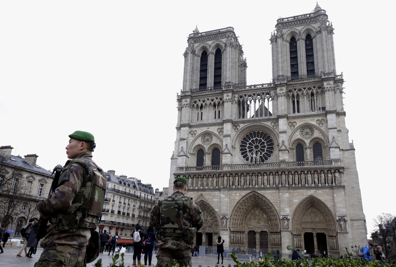 کلیسای نتردام پاریس، برای مراسم شب نوئل که امشب پنجشنبه ٢٤دسامبر برگزار میشود ، تحت مراقبت شدید امنیتی قرار گرفته است..