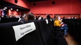 Des spectateurs prennent place dans le cinéma Le Luxy, respectant la distanciation sociale, lors d'une séance à Ivry-sur-Seine, en région parisienne, le 14 mars 2021. (Photo d'illustration)