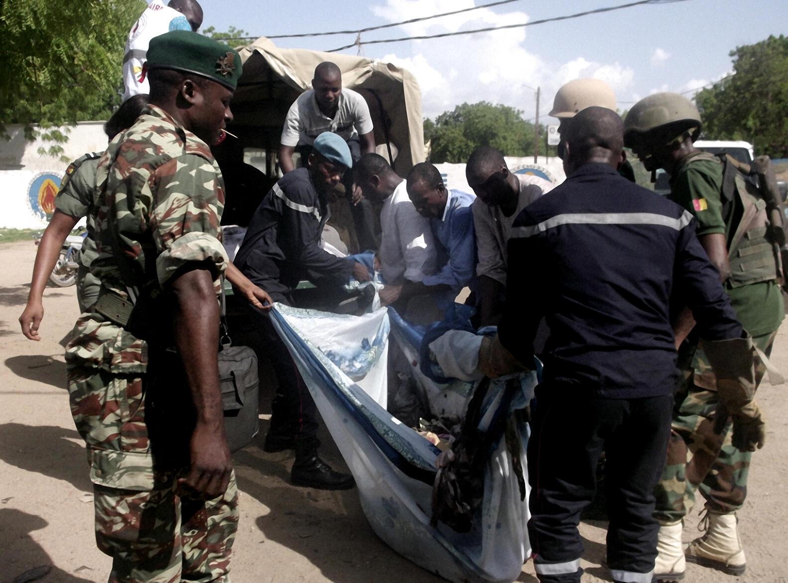 Un corps transporté par les secours après l'attaque-suicide qui a touché la ville de Maroua, dans le nord du Cameroun, le 23 juillet 2015.