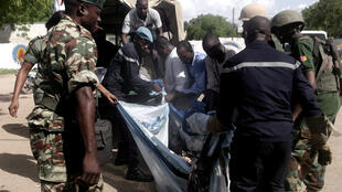 Un corps transporté par les secours après l'attaque-suicide qui a touché la ville de Maroua en juillet, une ville située à une cinquantaine de kilomètre de Mora.