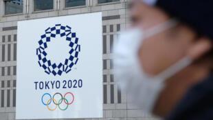 Les Jeux olympiques de Tokyo 2020 s'affichent dans la capitale nippone comme ici à la mairie le 19 mars 2020, mais sont menacés, en raison du Covid-19