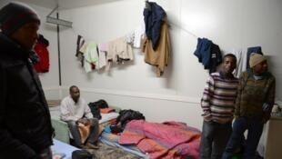 Des demandeurs d'asile et des réfugiés dans une chambre. Dijon (France), janvier 2013.
