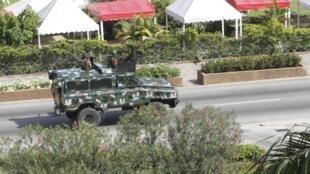 Солдаты, верные Лорану Гбагбо, патрулируют на улицах Абиджана, на подступах которого находятся войска Алассана Уаттары 31/03/2011