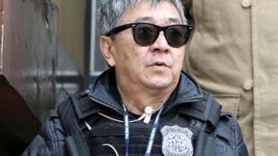 Newton Ishii, agente da Polícia Federal (PF), recebe destaque na imprensa francesa após ser preso por corrupção em Curitiba.