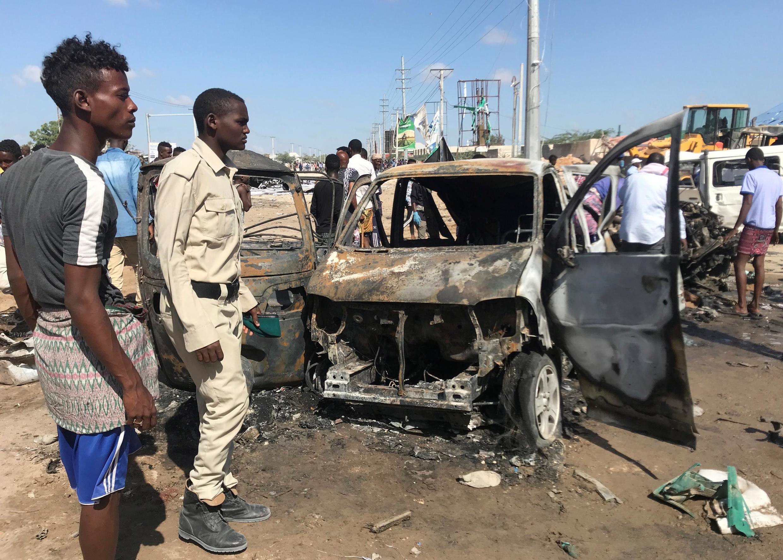 索马里安全部门成员检查爆炸地点情况