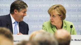 Josep Ackermann, le patron de la Deutsche Bank, en compagnie de la chanchellière Angela Markel. Berlin, le 29 juin 2011.