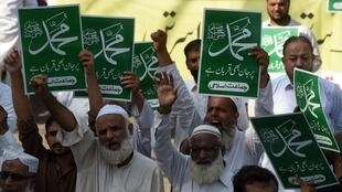 Supporters of the party Jamiat-e-Ittihad ul Ulema protest a court decision to acquit Asia Bibi of blasphemy, Karachi, 9 November 2018