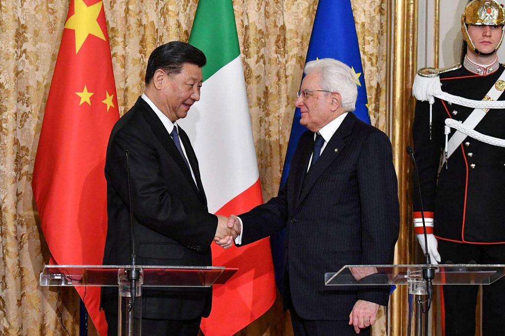 Le président italien Sergio Mattarella (D) reçoit le président chinois Xi Jinping (G) au Palais du Quirinal à Rome, en Italie, le 22 mars 2019.