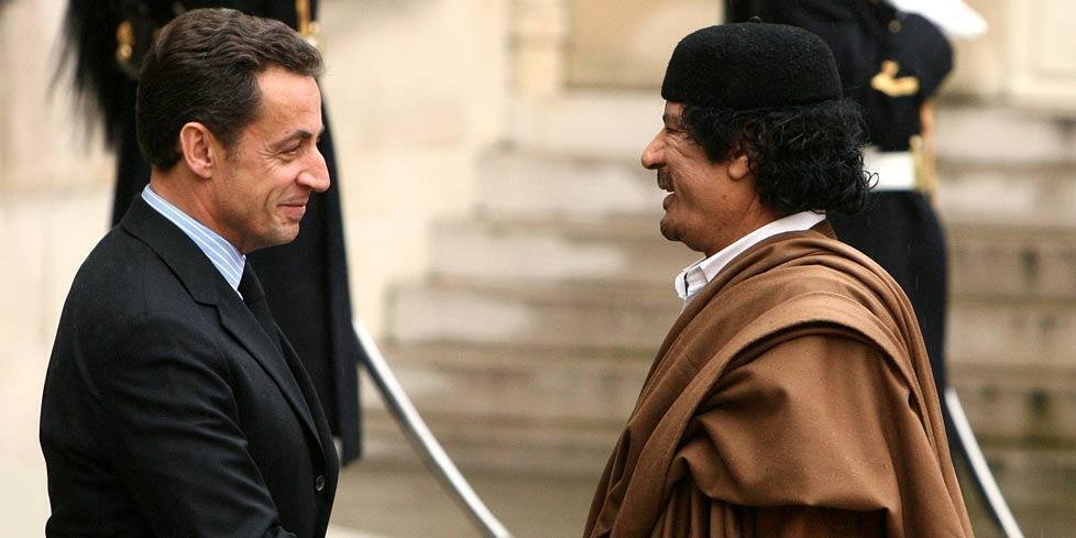 Đại tá Kadhafi (trái) gặp tổng thống Pháp Nicholas Sarkozy tháng 12/2007 tại Paris.