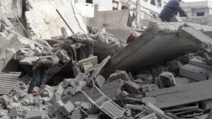 Homens vasculham escombros nos arredores de Damasco, após ataque aéreo de forças leais ao governo, segundo ativistas.