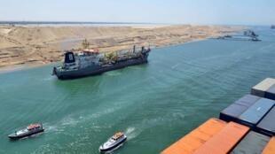 Un barco atraviesa el nuevo Canal de Suez para probarlo, el pasado 25 de julio de 2015.